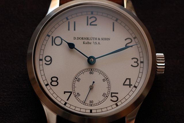 """Dornbluth dans la tradition des """"deck watch"""" ou montre d'observation avec aiguille des heures en """"poire"""" et minutes en """"feuille"""""""