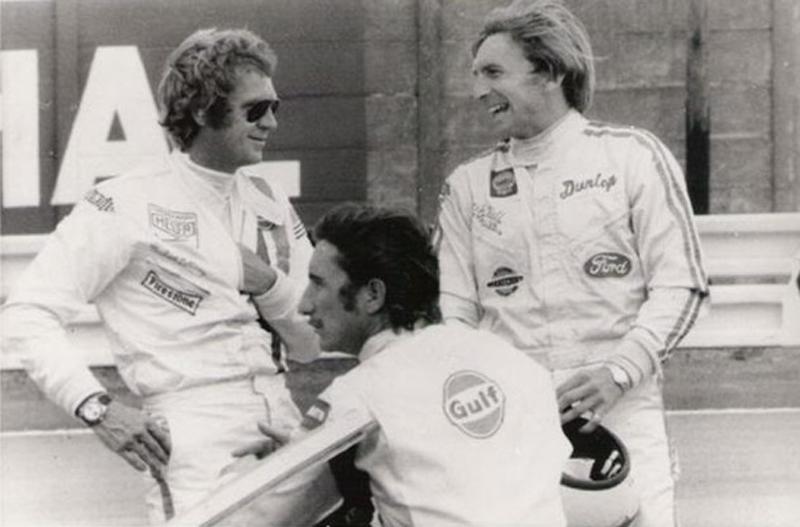 Steve McQueen avec Jo Siffert et Derek Bell. McQueen porte la combinaison de Siffert ainsi que sa Heuer Autavia
