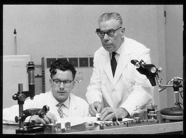 André Brielmann (à gauche) et Joseph Ory (à droite), régleurs de précisions chez Omega de © Omega SA