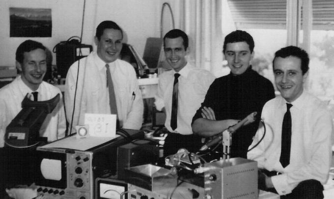 """L'équipe du CEH qui a assemblé en 1967, le premier proto """"Beta 1) de gauche à droite : Charles-André Dubois, technicien horloger, François Niklès, technicien horloger, Jean Hermann, ingénieur électronicien EPUL, Richard Challandes, technicien horloger, Charles Frossard, technicien horloger. photo : Armin H. Frei, LSM pour ieeeghn.org"""