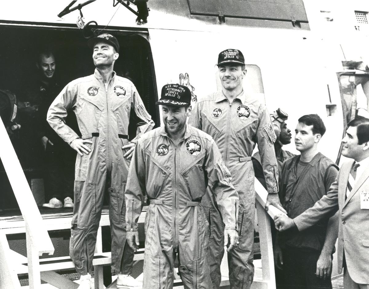 De gauche à droite : Fred. W. Haise, Jr., pilote du module lunaire; James A. Lovell Jr., commandant; and John L. Swigert Jr., pilote du module de commande. Crédit photo NASA.