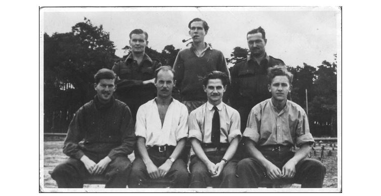 Jack William (3é en partant de la droite, premier rang) avec sa Rolex et ses compagnons prisonniers du Stallag Luft III