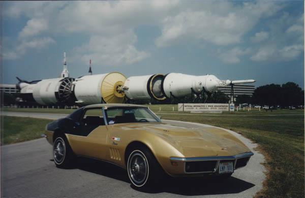 L'Astrovette garée devant le lanceur Saturn 5