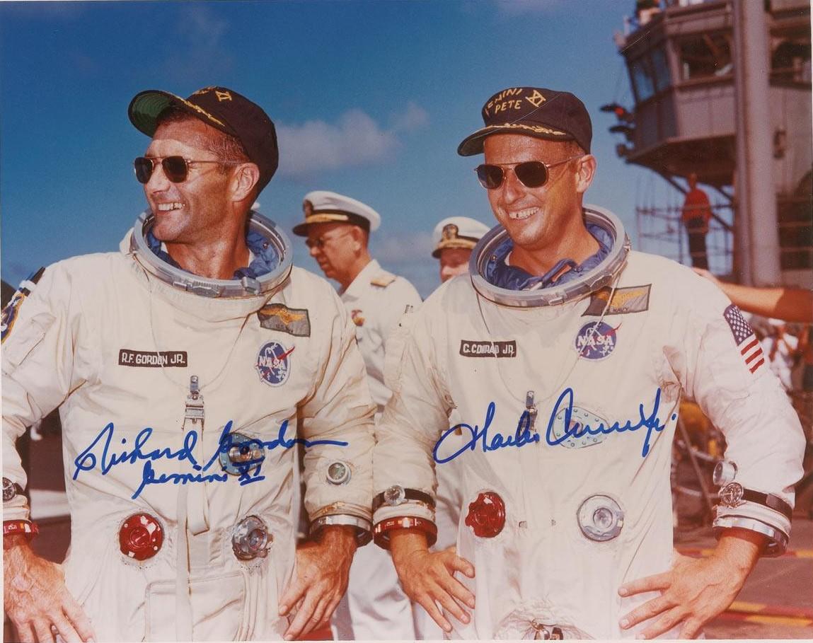 """Mission Gemini 11 (1966), Richard Gordon (à gauche) et Charles """"Pete"""" Conrad Jr (à droite) qui porte en plus de son illustre Omega Speedmaster (poignet gauche), une Glycine Airman (poignet droit)"""