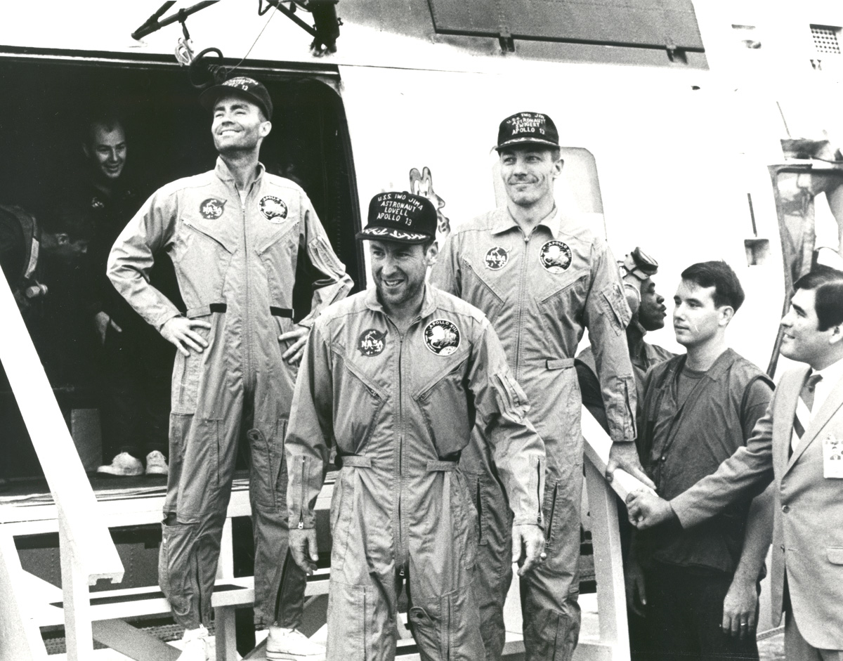 De gauche à droite : Fred. W. Haise, Jr., pilote du module lunaire; James A. Lovell Jr., commandant; and John L. Swigert Jr., pilote du module de commande. Crédit photo NASA.