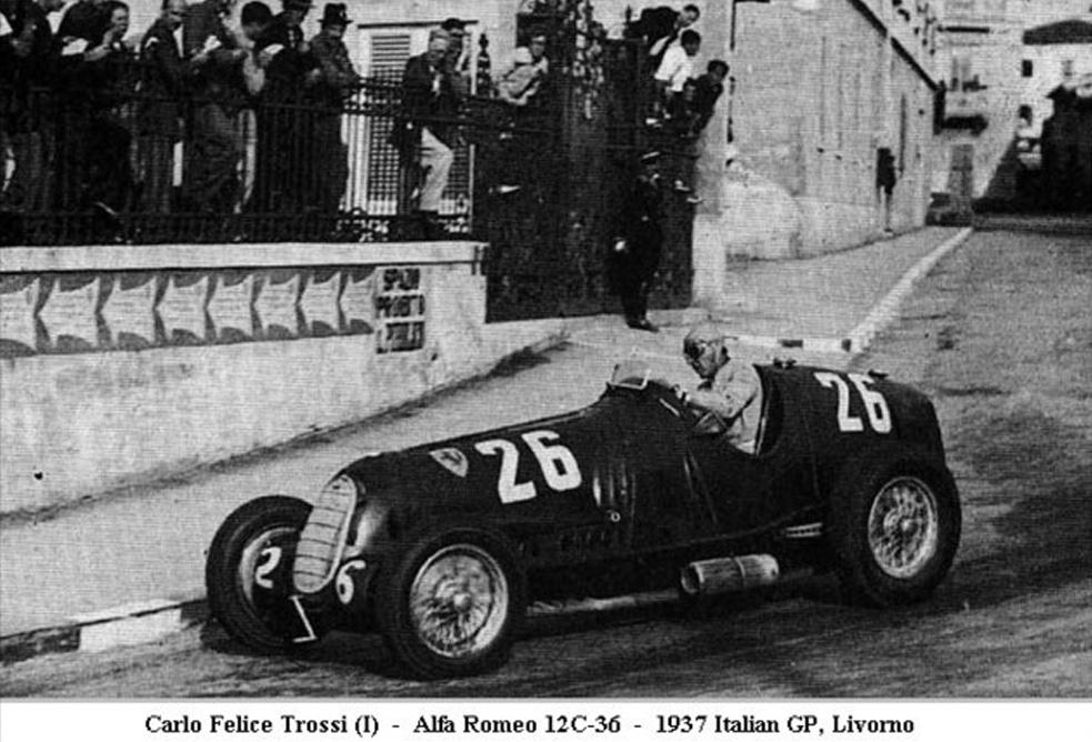 Le comte Trossi au volant de son Alfa Romeo. Sur son poignet, un chronographe mono-poussoir de 46 mm, fabriqué sur commande par Patek Philippe
