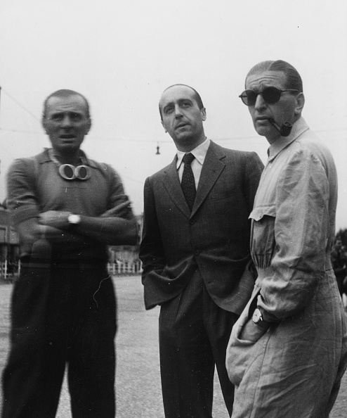 """Le PiloteCarlo Felice Trossi (à droite) and Achille Varzi (à gauche)sur le circuit de Milan en 1949. Sur son poignet la """"Trossi Leggenda"""""""