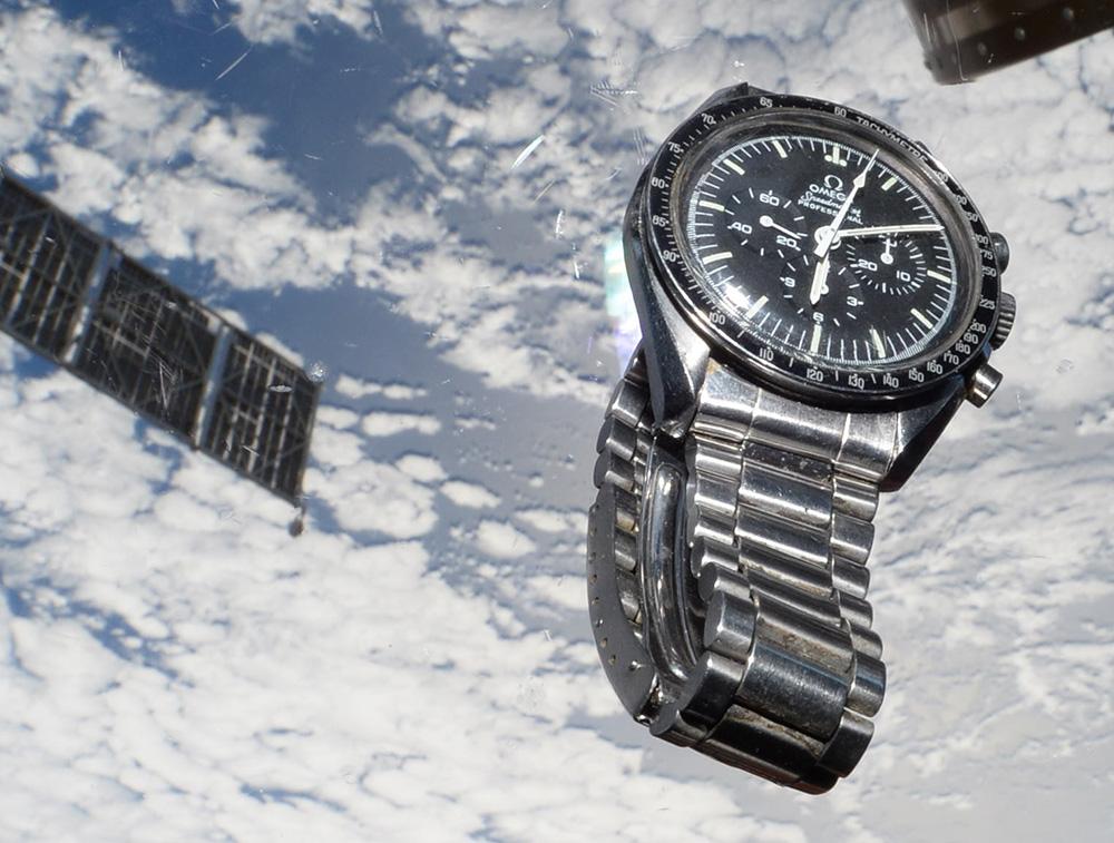 Zoom sur la Speedmaster de Baptiste photographiée par son frère Thomas Pesquet à bord de l'ISS