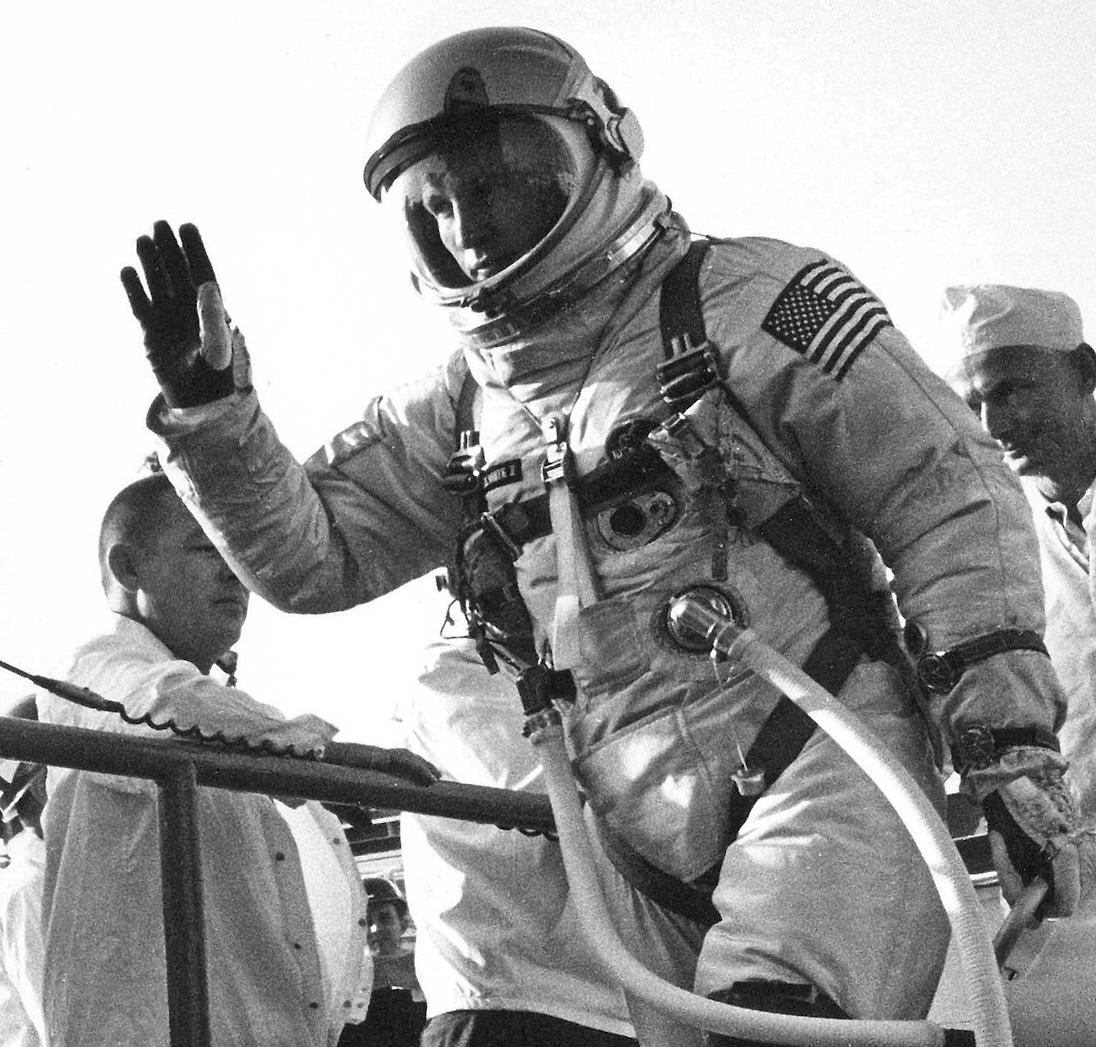 Edward « Ed » Higgins White II, embarquant pour la mission Gemini 4 en 1965. Il deviendra premier Américain à avoir réalisé une sortie extravéhiculaire. A son poignet, 2 Speedmaster 105.003