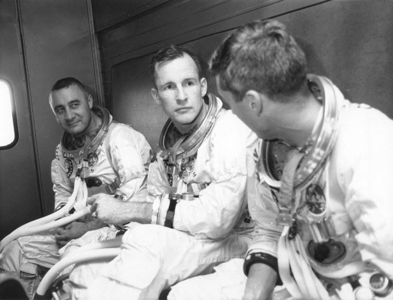 Apollo 1, 1967 – Gus Grissom Ed White et Roger Chaffee sur le chemin de l'exercice d'entrainement quelques instant avant le tragique incendie.